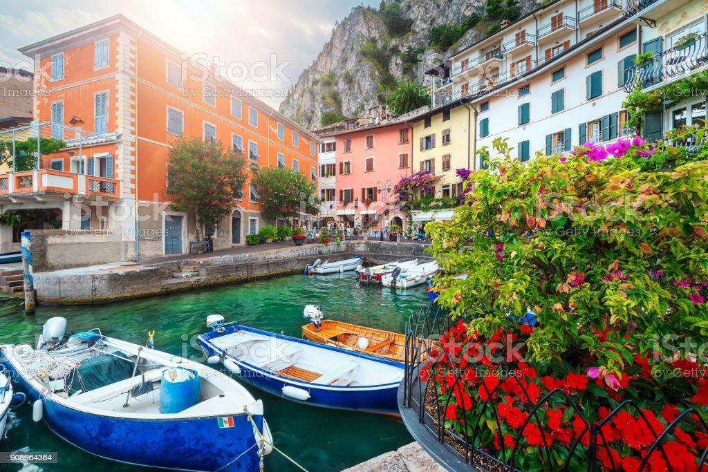 Bunte Boote im Hafen von Limone Sul Garda, Lombardei, Italien – Foto