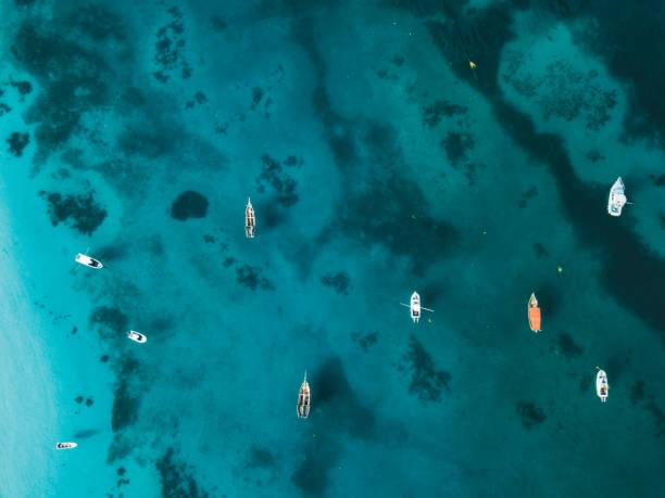 Farbige Boote auf dem blauen Indianer Ozean – Foto
