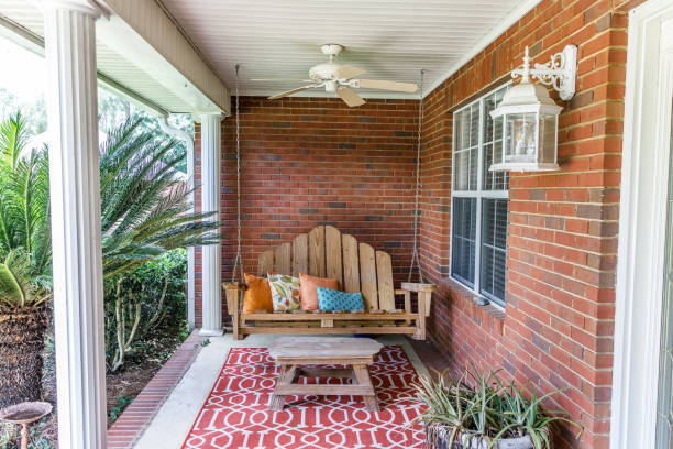 kleurrijke boheemse buiten front veranda decoratie met zitplaatsen en een plant - schommelen bungelen stockfoto's en -beelden