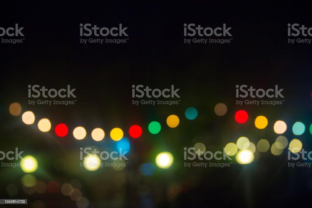 Luz de bokeh colorido sobre fundo preto. Luz vívida da festa à noite. lindo espaço fundo, papel de parede e cópia. - foto de acervo