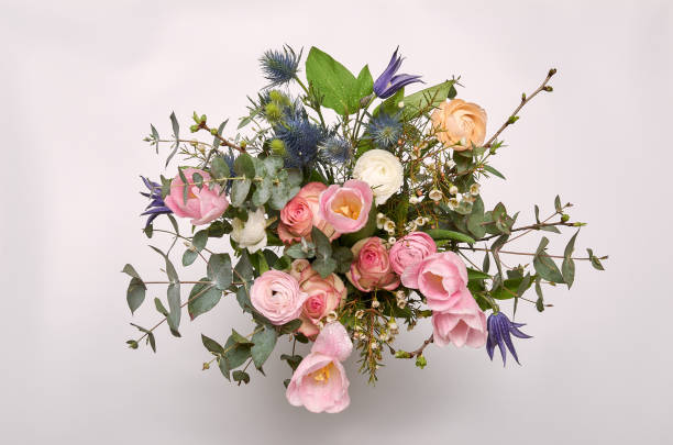 een kleurrijke boeket van lentebloemen in witte vaas - bloemstuk stockfoto's en -beelden