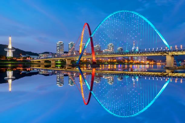 Colorido puente y reflexión Expo puente en Daejeon, Corea del sur. - foto de stock