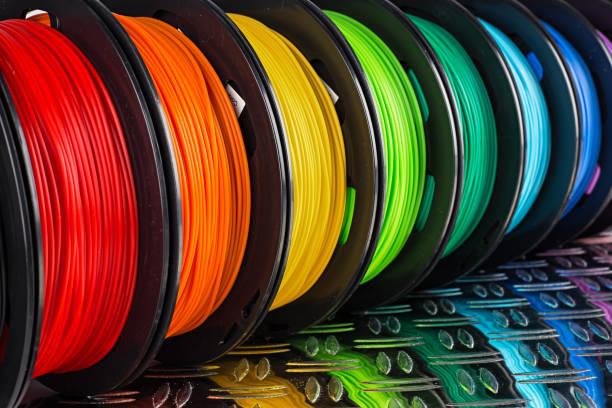 Bunte helle Reihe von Spool-3d-Druckerfilament Black Metal Hintergrund – Foto