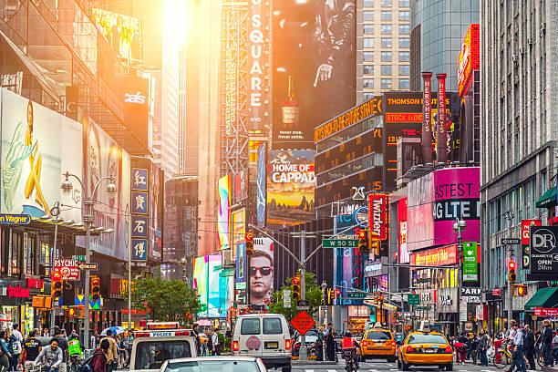 Coloridos do edifício, as placas e carros na Times Square - foto de acervo