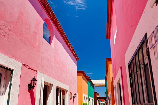 os edifícios coloridos no méxico - rosa cor - fotografias e filmes do acervo