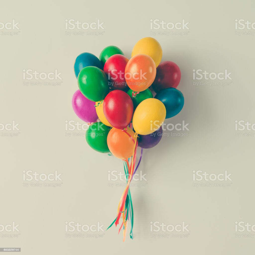 Grupo colorido de balões de ovo de Páscoa no fundo branco brilhante. Conceito criativo mínimo. Plano de leigos. - foto de acervo