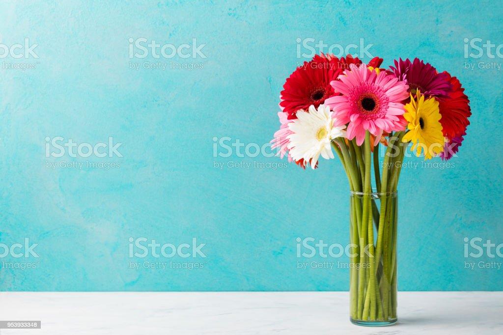 Bouquet Colore De Gerbera Fleurs Dans Un Vase De Verre Fond Bleu