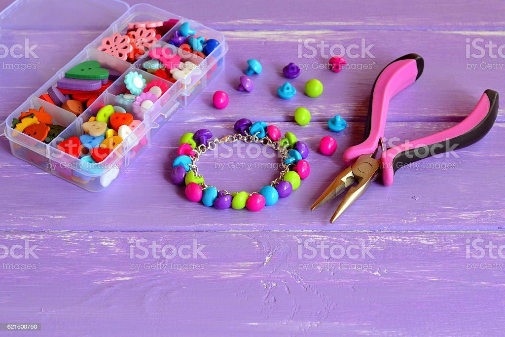 Colorful button bracelet craft photo libre de droits
