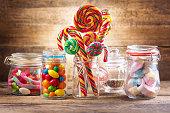 カラフルなキャンディー、ゼリー、キャンディー、マシュマロ、ガラスのマーマレードの瓶します。