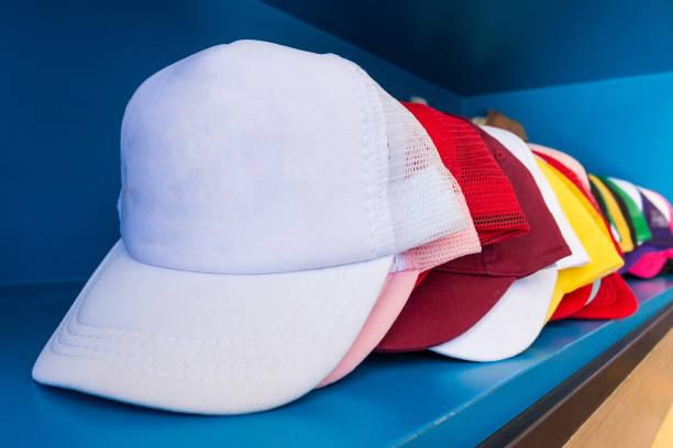 bunte mütze auf blauen regal hintergrund. mode-baseball oder hiphop-hut. - stoffregal stock-fotos und bilder
