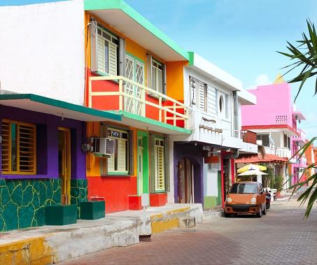 カラフルなカリブの家屋トロピカルアイラマジャーズ - カラフルのストックフォトや画像を多数ご用意