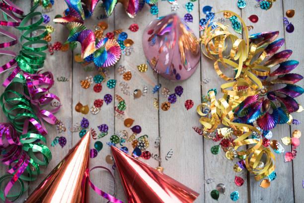 bunten karneval zubehör - karnevalskostüme köln stock-fotos und bilder