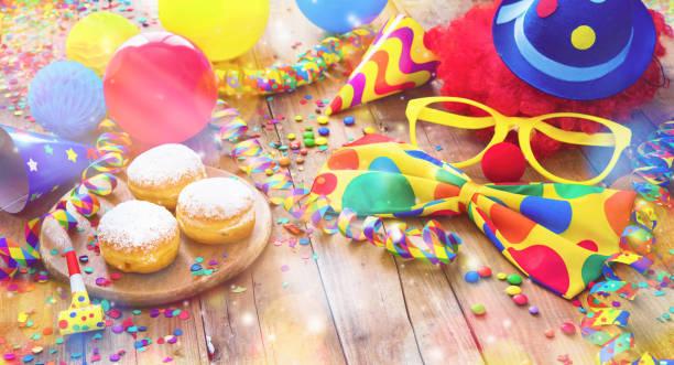 bunten karneval oder partei hintergrund mit donuts, luftballons, luftschlangen und konfetti und lustiges gesicht - karnevalskostüme köln stock-fotos und bilder