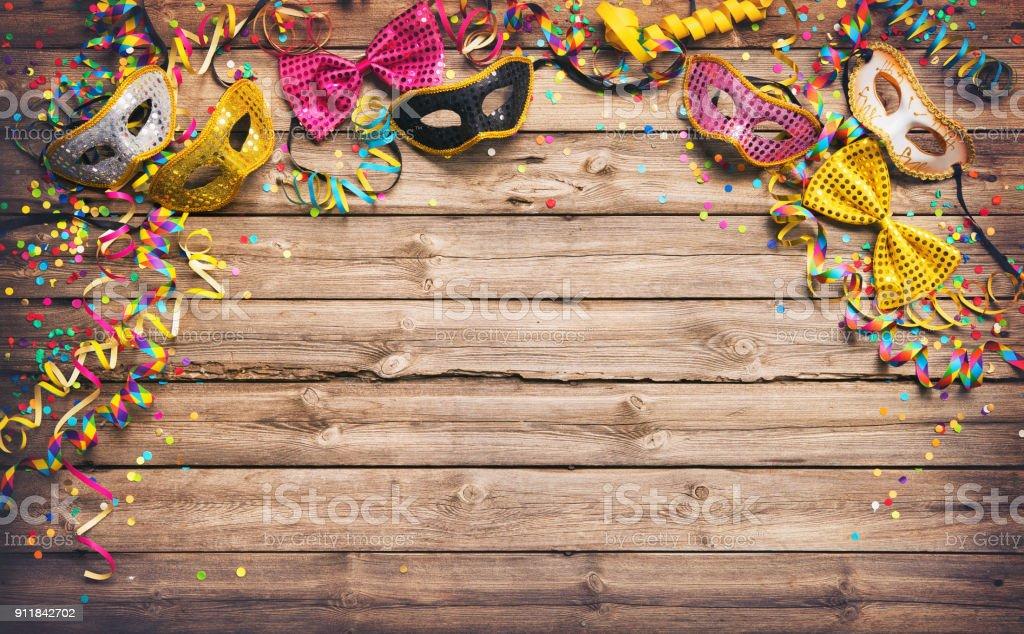 Bunten Karneval oder Partei Rahmen der Masken, Luftschlangen und Konfetti – Foto