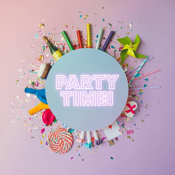 bunte feier hintergrund mit verschiedenen party-konfetti, luftballons, luftschlangen, feuerwerk und dekoration auf rosa hintergrund. flach zu legen. - ideen für silvester stock-fotos und bilder