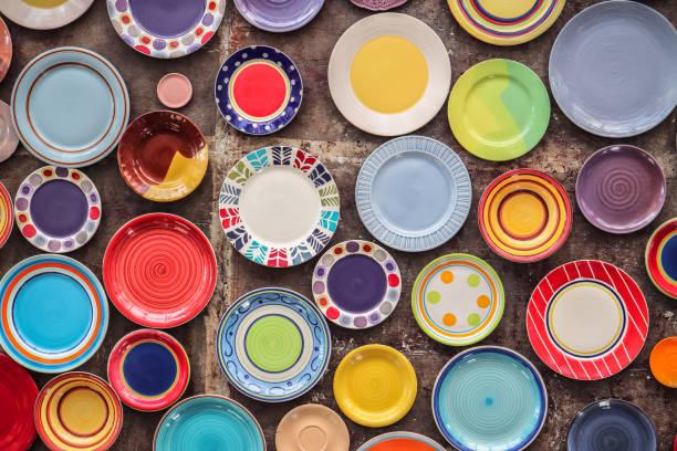 utensilios de cocina de cerámica coloridos platos - alfarería fotografías e imágenes de stock