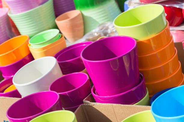 Bunte Keramik Töpfe im Markt, Sammlung von Blumentöpfen, blau und gelb – Foto