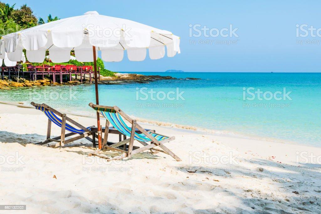 Coloridas sillas y paraguas blanco en la playa de isla de Samed, Tailandia. - foto de stock