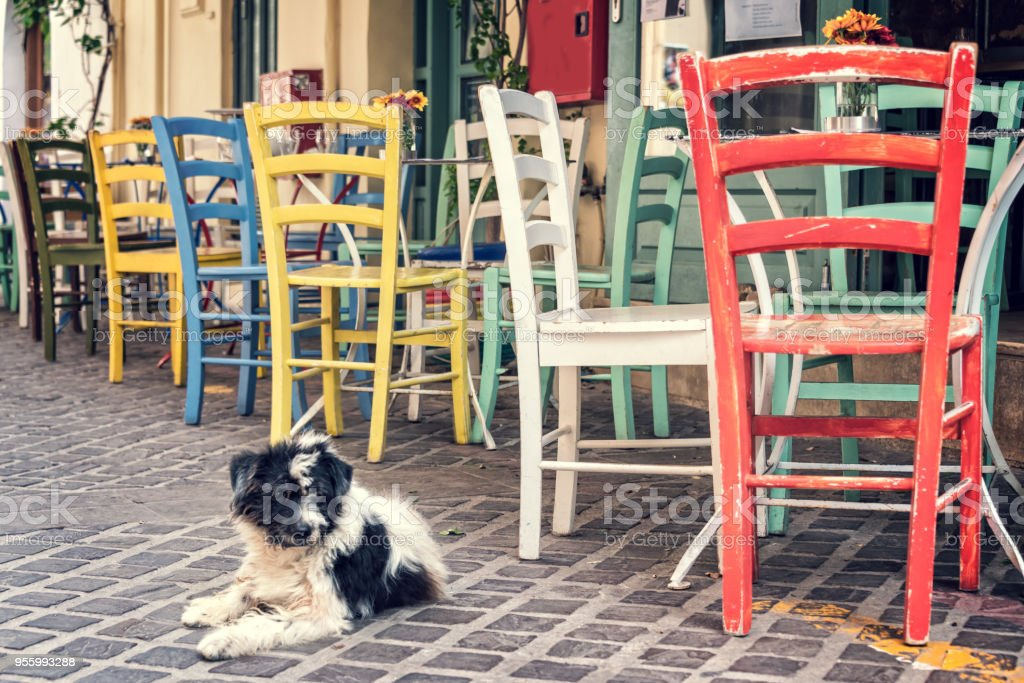 Bunte Stuhle Eine Restaurantterrasse In Einer Prdestrian Strasse In Der Altstadt Von Chania Auf Kreta Griechenland Stockfoto Und Mehr Bilder Von Alt Istock