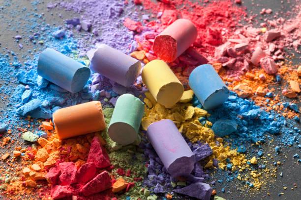 craies colorées avec des particules de pastel cassés sur un tableau noir - dessin au pastel photos et images de collection