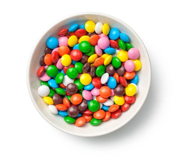 흰색 배경에 고립 된 그릇에 다채로운 초콜릿 사탕 알 약 - 사탕 뉴스 사진 이미지