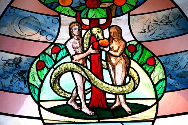 Bunte Kirche Fenster mit adam and eve – Foto
