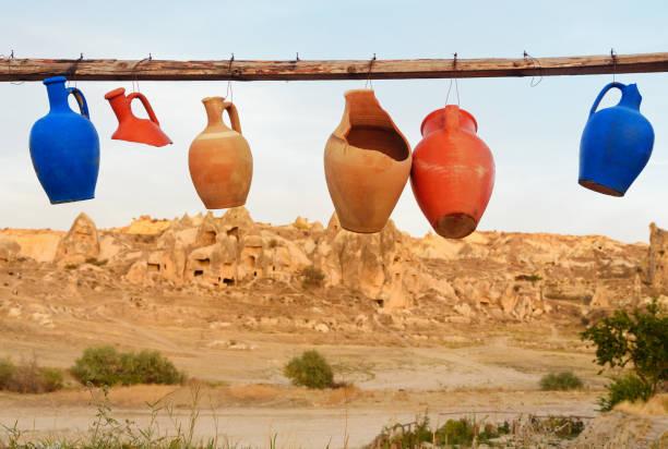 bunte tonkrüge hängen linie in göreme. cappadocia. turkei - ein topf wunder stock-fotos und bilder