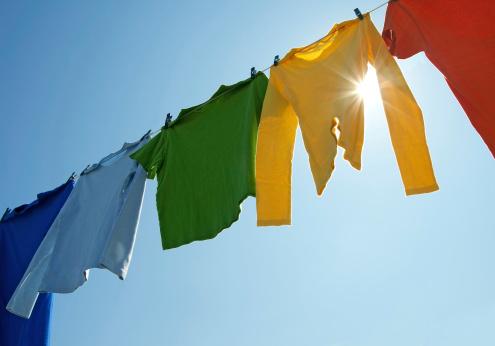 Bunte Kleider In Einer Wäschereizeile Und Strahlenden Sonnenschein Stockfoto und mehr Bilder von Ausgedörrt