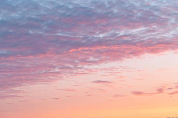 kleurrijke wolken op dramatische avondrood - schemering stockfoto's en -beelden