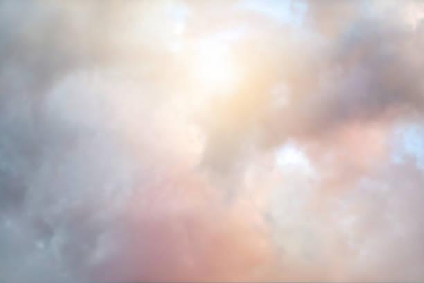 Bunte Wolkenlandschaft mit Sonnenstrahl – Foto
