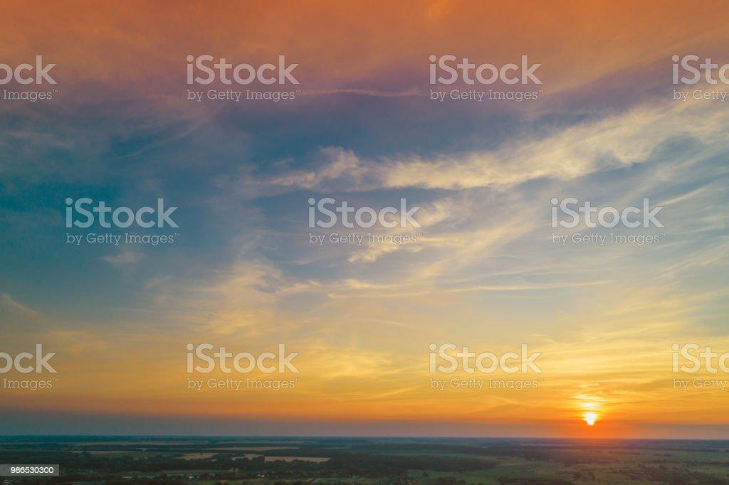 Bunten bewölkten Himmel bei Sonnenuntergang – Foto