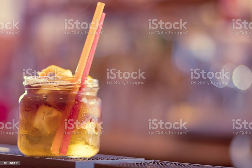 Colorful cocktail on the background of the bar. foto stock royalty-free