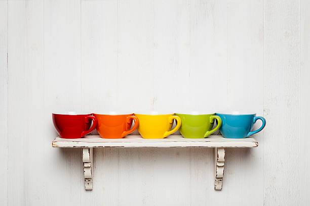 bunte kaffee tassen auf einem regal combo - küchenorganisation stock-fotos und bilder