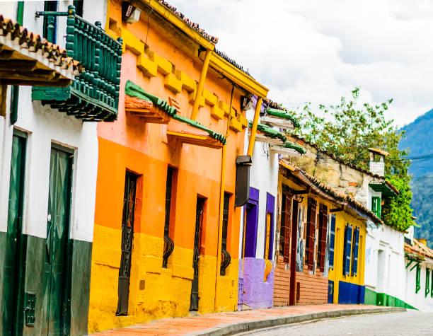 bunte koloniale gebäude im historischen zentrum von bogotá - kolumbien - typisch 90er stock-fotos und bilder