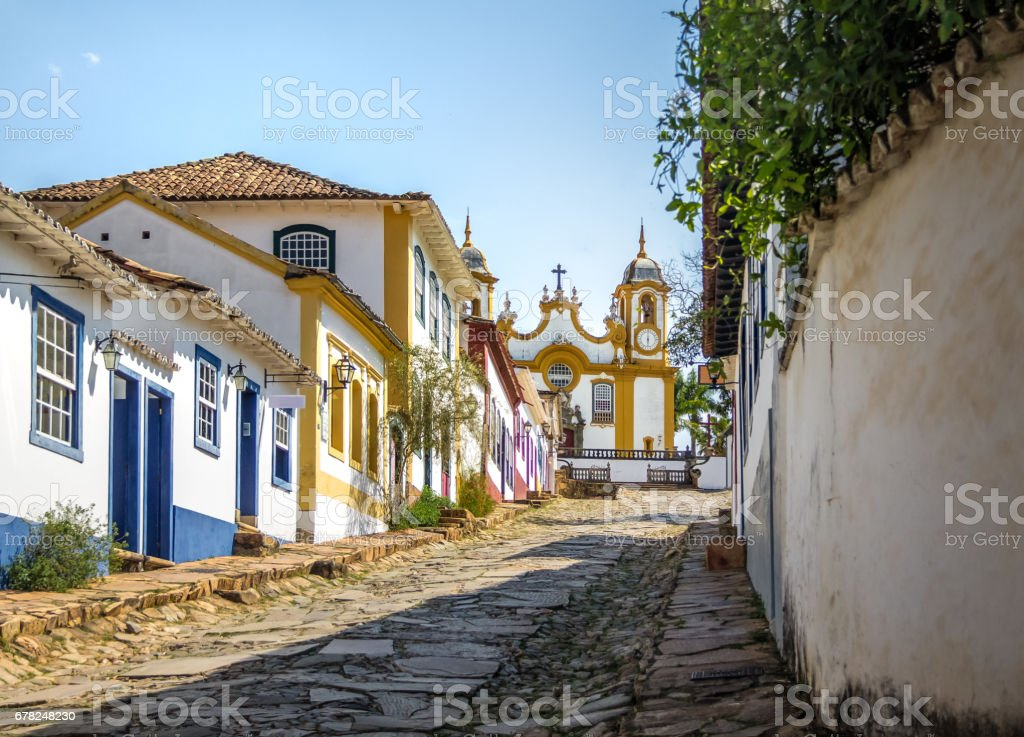 Casas coloniais coloridas e Igreja de Santo Antonio - Tiradentes, Minas Gerais, Brasil - foto de acervo