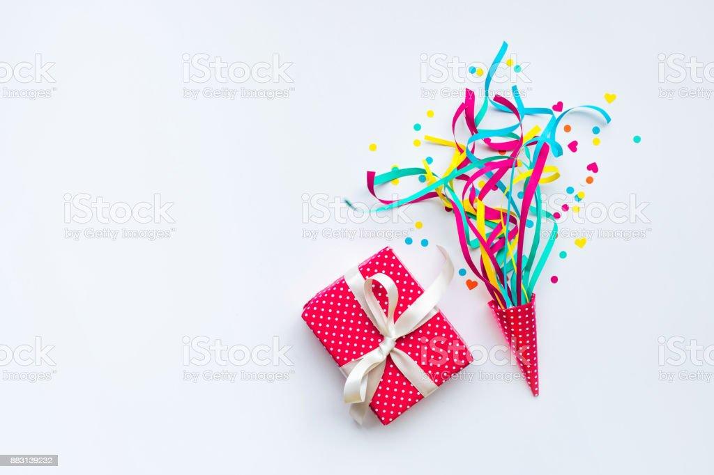 Boîte colorée de confettis, serpentins et cadeau. Poser de plat - Photo