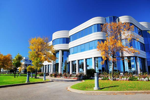 colorido edifício corporativo no outono nos eua - arranha céu - fotografias e filmes do acervo