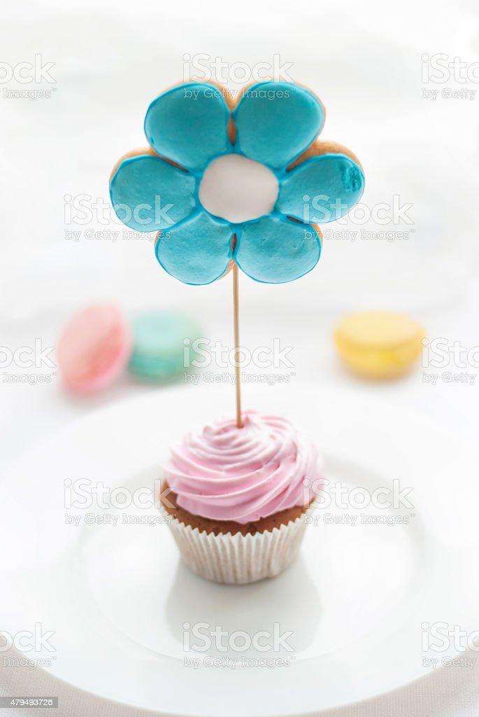 cupcake coloré, Macaron avec des biscuits en forme de fleur - Photo