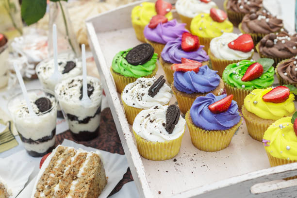 bunte cupcakes und dessert mit oreo cookies - oreo torte ohne backen stock-fotos und bilder