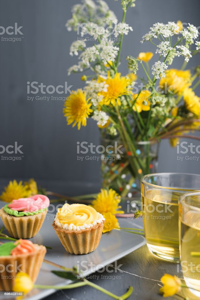 Colorful cupcakes on grey plate and table - fotografia de stock