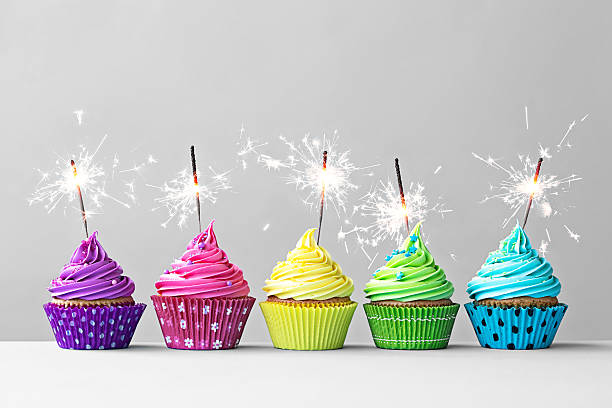bunte cupcakes mit wunderkerzen - kindergeburtstagskuchen stock-fotos und bilder