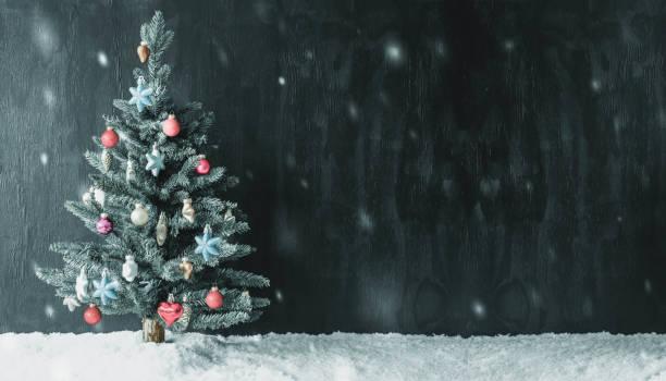 Bunt geschmückten Baum, Textfreiraum für Werbung, Schneeflocken – Foto