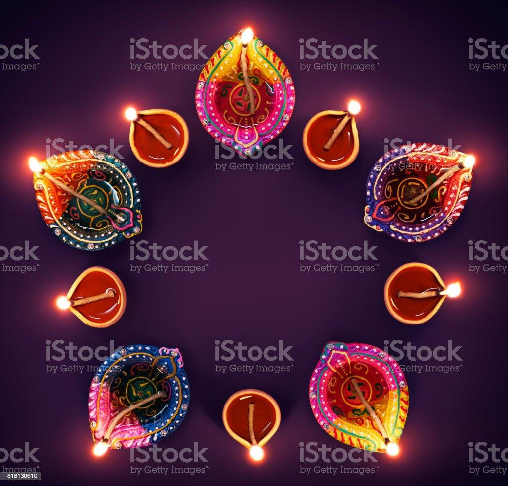 Lâmpadas coloridas diya em formação de círculo - foto de acervo