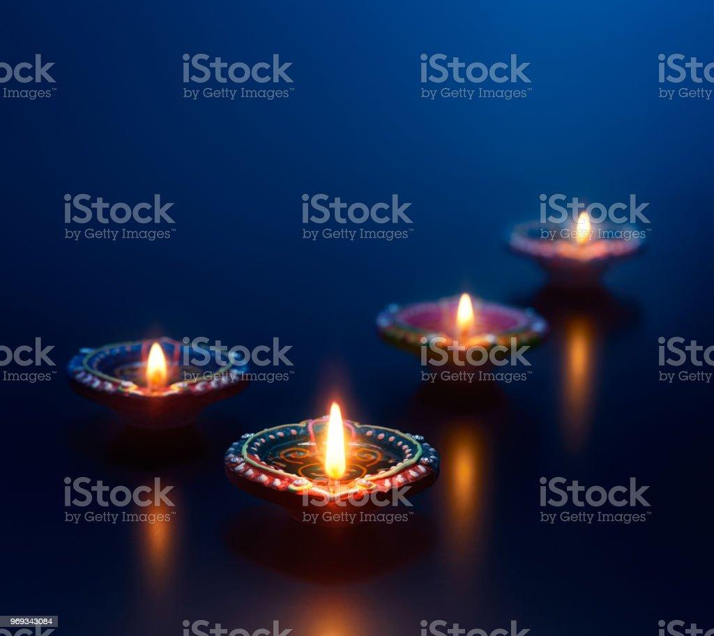 Diya colorida lâmpadas acesas durante o diwali celebração - foto de acervo