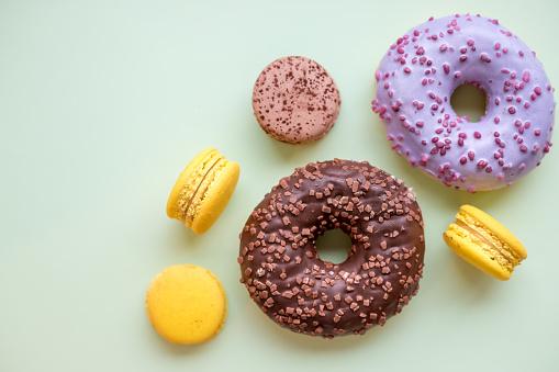 Foto de Donuts Coloridos E Confeitos Na Mesa De Madeira Vista Superior Com Espaço De Cópia Insalubre Mas Saborosa Sobremesa e mais fotos de stock de Azul