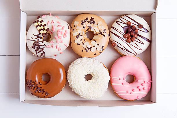 bunte donuts - schokolade gebratene kuchen stock-fotos und bilder