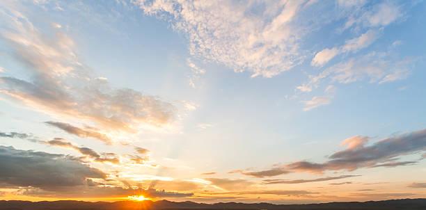 カラフルな劇的な空に雲の夕暮れ - 夜明け ストックフォトと画像