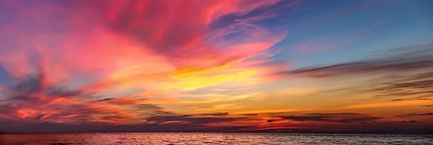 colorful dramatic sunset with cloudy sky . - schönen abend bilder stock-fotos und bilder