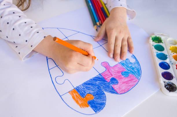 bunte gezeichnetherz auf weißem hintergrund. - autismus stock-fotos und bilder