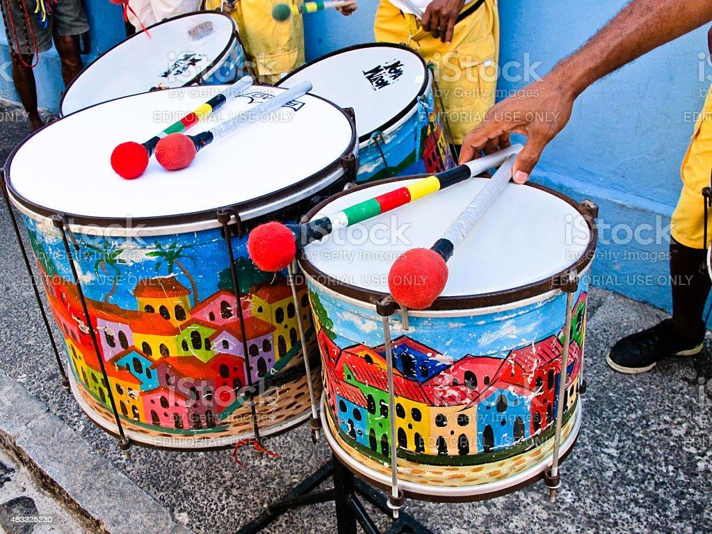 Coloridos tambores no pelourinho bairro da rua de Salvador, Brasil foto royalty-free